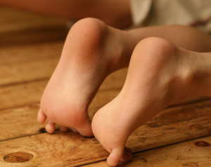 ももの木保育園,リズム遊び。足の親指の蹴りが脳の発達を促す