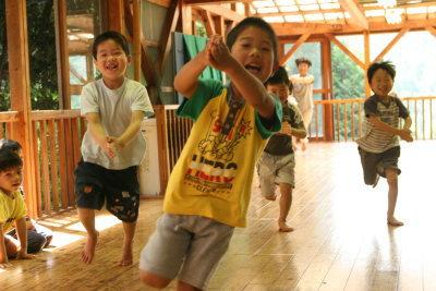 ももの木保育園の「リズムあそび」とは?音楽のリズムに合わせて走ったり、飛んだり、跳ねたり、止まったり